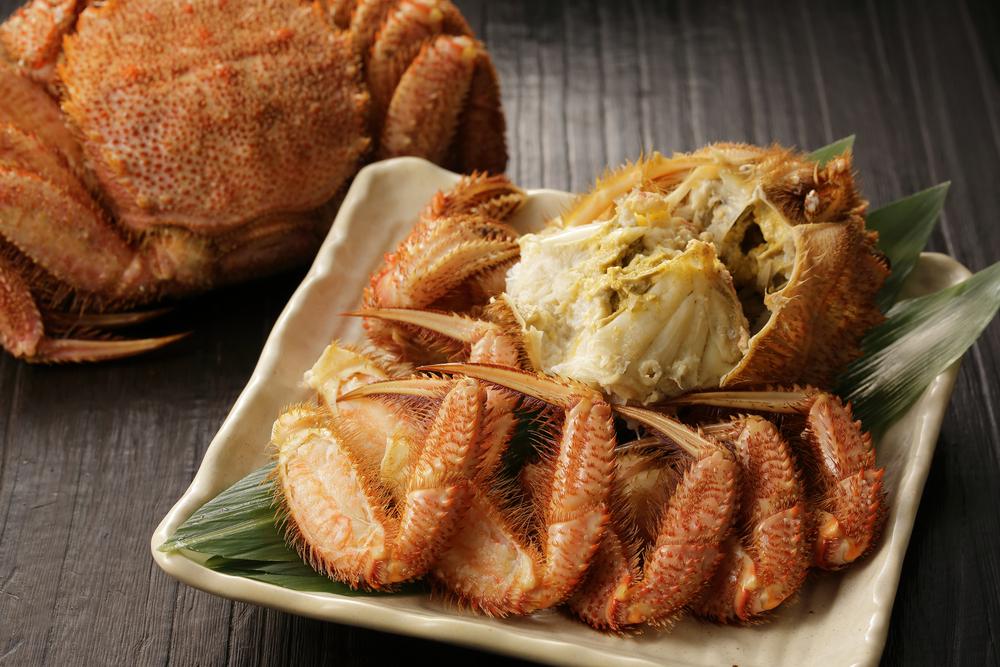マヨネーズに蟹味噌とレモン汁を少々加えて混ぜたソースに毛ガニの身をつけると…