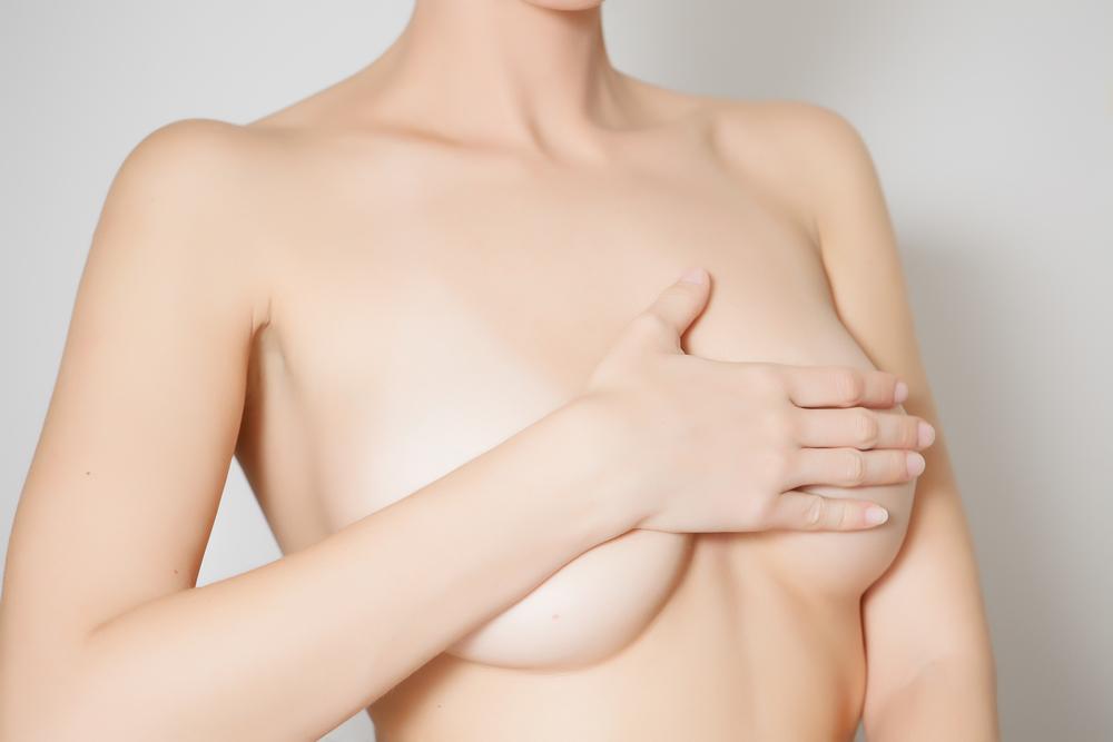 は!?「バストアップのツボ」にピップエレキバンを貼るの!?両胸の真ん中、やや乳首寄りの場所に貼ることもバストアップにとても効果的!