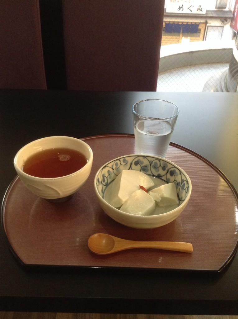 近所の日本茶カフェにて。アイスプーアル茶と白ゴマプリン