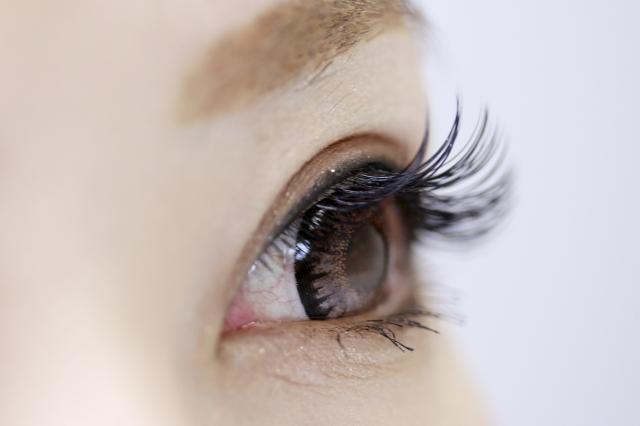 カラコンで目が痛くなるのはとても危険!高度管理医療機器承認番号を取得している商品のみを販売しています。