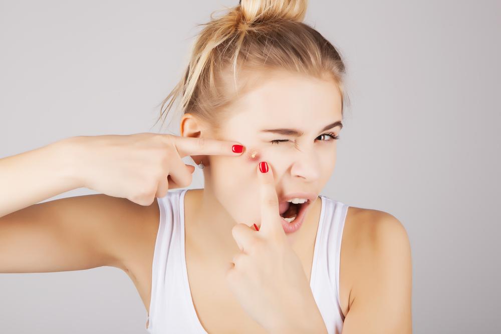 ニキビの原因と治し方!顔と背中では原因菌が違うって知ってますか?顔のニキビの原因は「アクネ菌」です。背中のニキビの原因は「マラセチア菌(真菌で カビ の一種)」です。