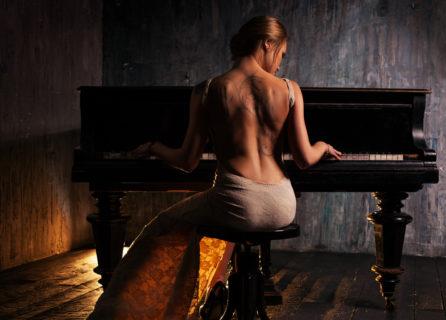 ピアノの魅力について。ピアノを弾いている人はとても美しく見えます。
