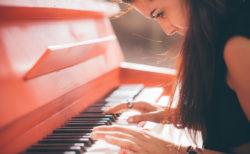 ピアノの初心者。ピアノは初心者だからといって遠慮はいりません。 是非、鍵盤に触れて音を楽しんで欲しいものです。