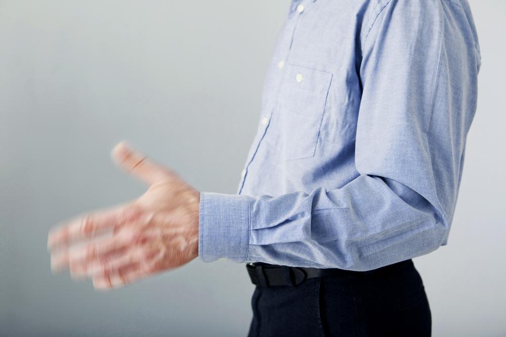 緊張しながらも、何んとか普通にしゃべることができる方はいいのですが、中には声が震えてしまったり、手や足が震える方もいます。