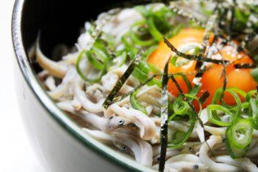 美容の為に納豆卵しらす丼を食べましょう!納豆に含まれるナットウキナーゼは血液をサラサラにしてくれるので美容効果も高くなります!