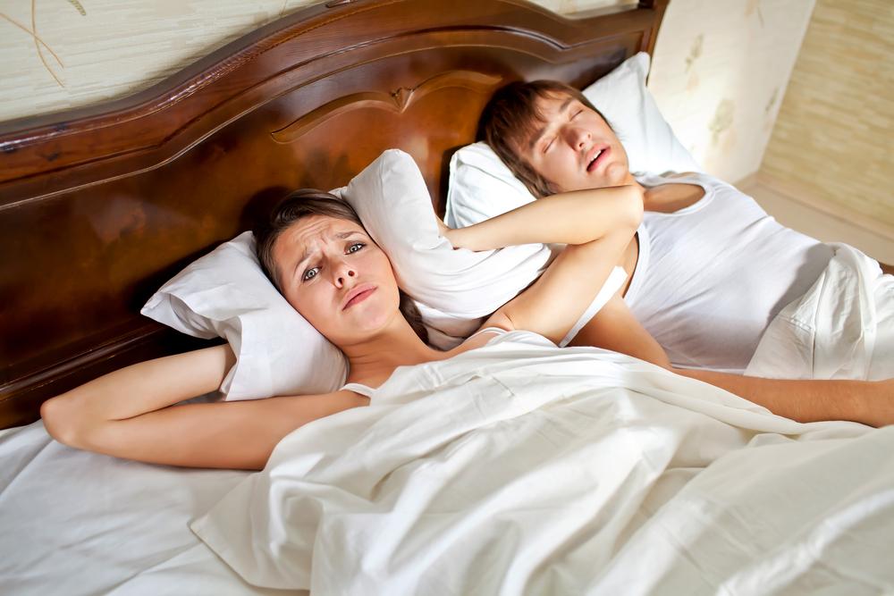 喉いびきは睡眠時無呼吸症候群を引き起こすこともあるので鼻いびきよりも厄介!?原因や改善の方法とは